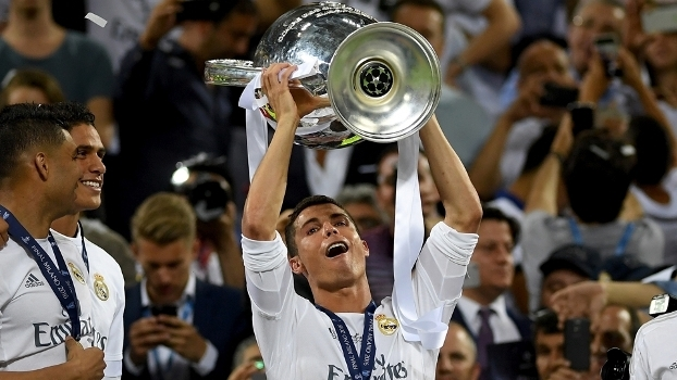 Cristiano Ronaldo levanta a taça de campeão da Champions