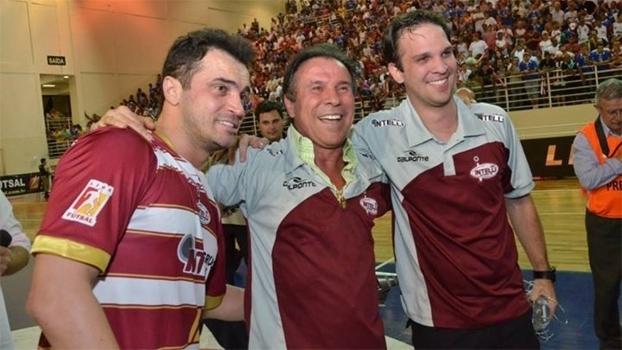 Vincenzo Spedicato ao lado de Falcão, comemorando primeiro título da Liga Futsal