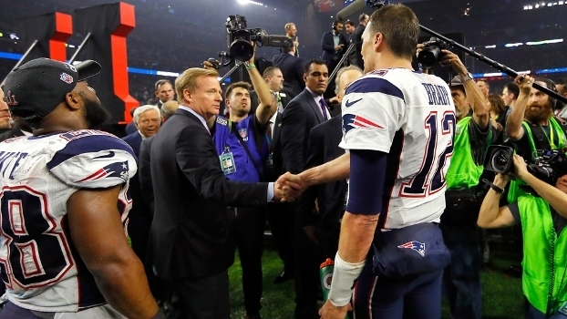 Brady cumprimenta seu maior desafeto, o chefão da NFL, Roger Goodell, após conquistar o Super Bowl LI