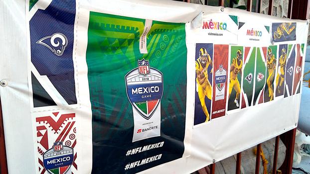 d27a63863 Faixa promocional para o jogo entre Rams e Chiefs que ocorreria no Azteca  em novembro.