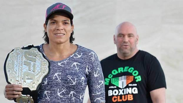 Amanda Nunes, com Dana White ao fundo, antes do UFC 215