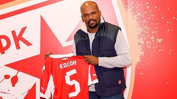 Edson Silva foi apresentado com a camisa 5 do novo clube