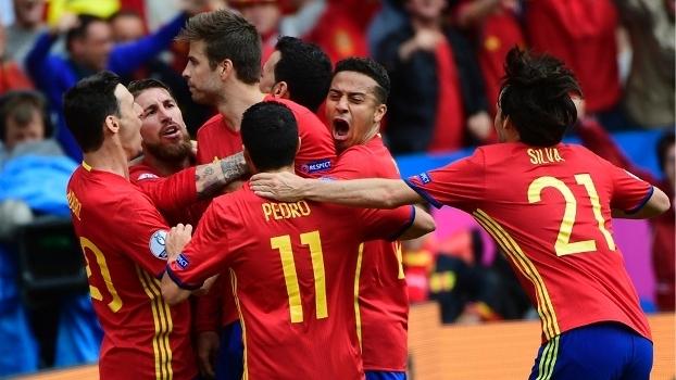Jogadores da Espanha comemoram gol de Piqué