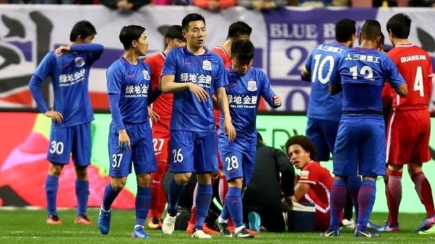 Qin Sheng foi expulso por pisar no belga Axel Witsel em jogo do Campeonato Chinês