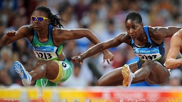 Maíla Machado (à esq.) disputa os 100m com barreiras nos Jogos Olímpicos de Pequim-2008