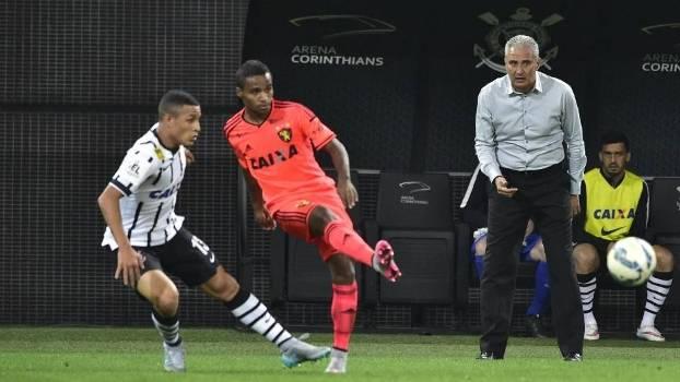 Guilherme Arana teve uma estreia movimentada pelo time profissional