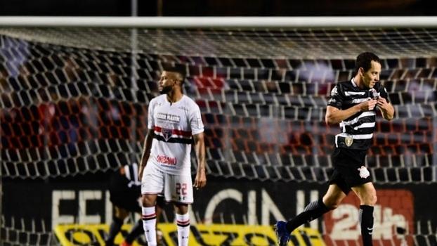 Jadson sente o joelho e é dúvida contra o Inter