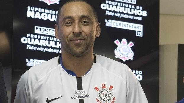 Serginho foi apresentado e vestiu a camisa do Corinthians