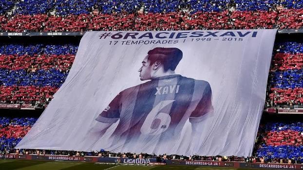 Torcida fez bandeira especial em homenagem a Xavi