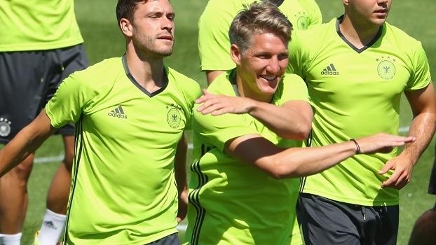Schweinsteiger treina normalmente pela Alemanha e deve ser titular ... b89b4b733cfb4