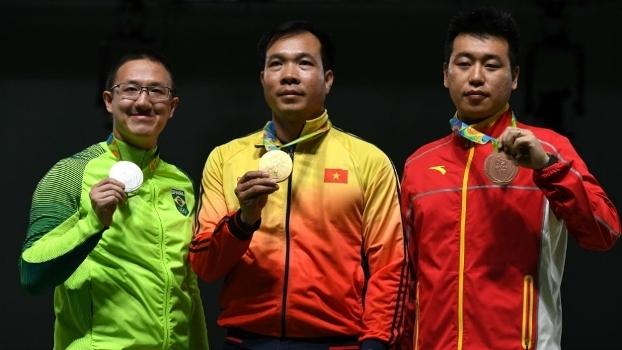 Felipe Wu (prata), Xuan Vinh Hoang (ouro) e Wei Pang (bronze) no tiro esportivo