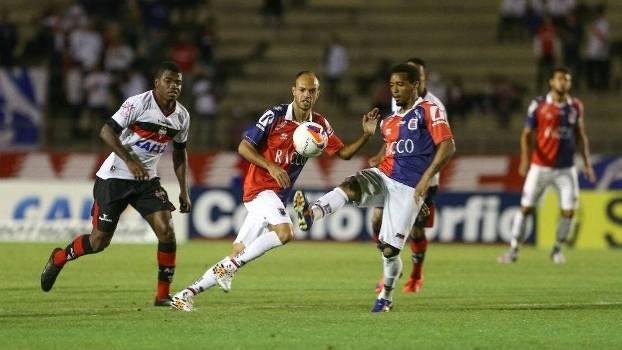 Rosinei com a bola, em Paraná x Atlético-GO, pela 28ª rodada da Série B do Brasileiro