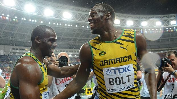 Usain Bolt é cumprimentado por Nesta Carter após vencer a final dos 100m no Mundial de Moscou