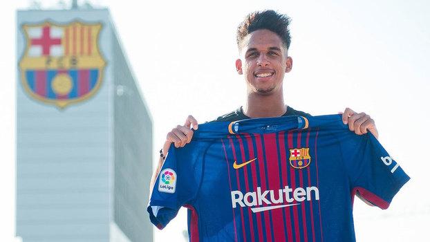 Vitinho assina contrato e é emprestado ao Barcelona pelo Palmeiras