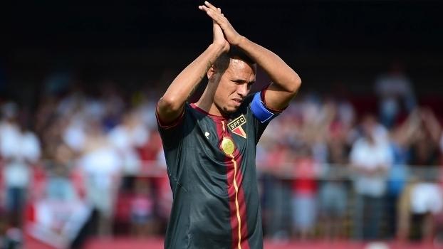 Na despedida do Morumbi, Luis Fabiano chora, marca e beija símbolo