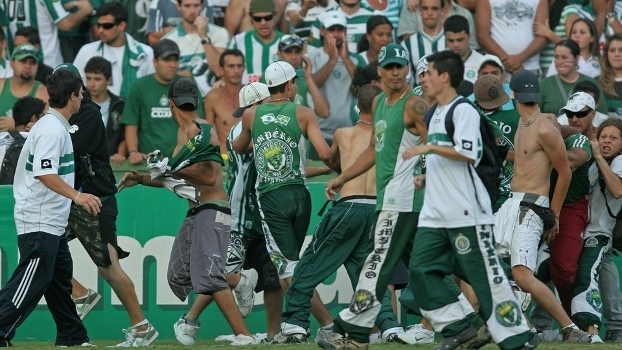 Torcedores do Coritiba invadem Couto Pereira após empate do time com o Fluminense, em 2009