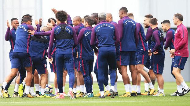 Jogadores do Manchester City confraternizam durante treino