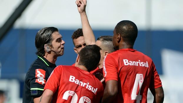 Eles amam apontar a marca fatal  conheça o ranking dos árbitros que mais  marcam pênaltis eae93a3aeae83