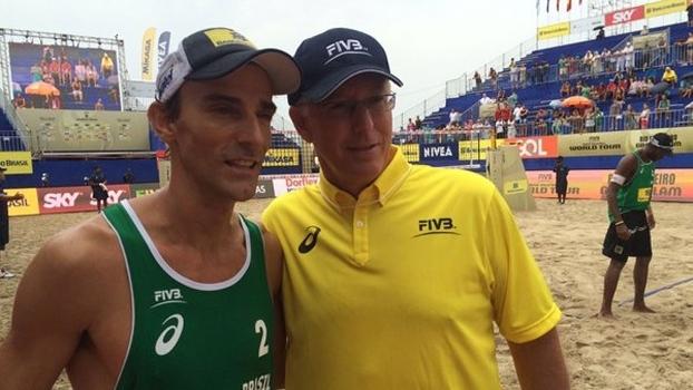Emanuel ao lado de Sinjin Smith, um dos maiores nomes do vôlei de praia mundial