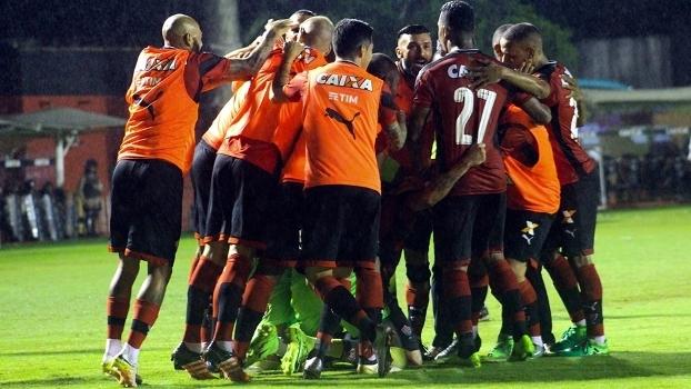 Jogadores do Vitória comemoram gol de empate 84cad17b639d0