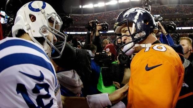 Peyton Manning e Andrew Luck após jogo dos playoffs no começo de 2015