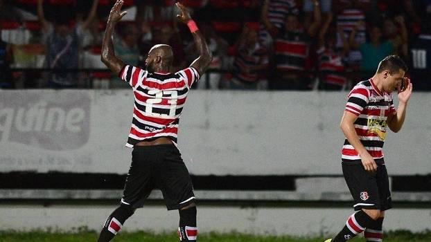 Grafite marcou de cabeça o primeiro gol do time pernambucano