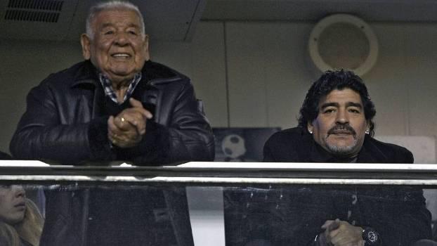 Pai de Maradona (esq) acompanhava o filho em La Bombonera