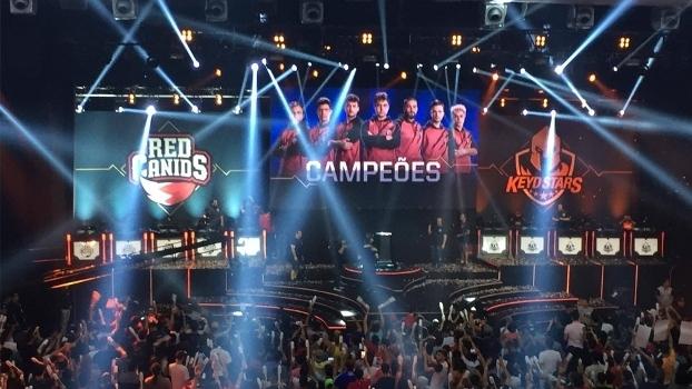 Palco da final do CBLoL mostra a vitória da Red Canids e a comemoração da torcida