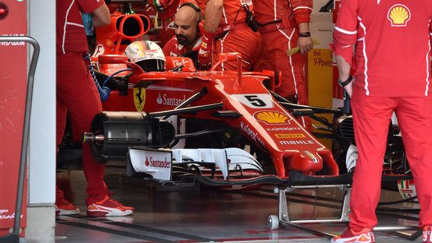 Sebastian Vettel nos boxes da Ferrari durante o GP do Japão: novo abandono
