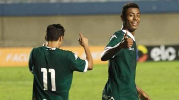 Bruno Henrique marcou os dois gols do Goiás sobre o Atlético-PR de Walter