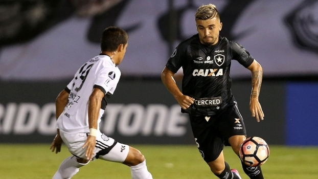 Victor Luís em ação pelo Botafogo contra o Olimpia, em Assunção