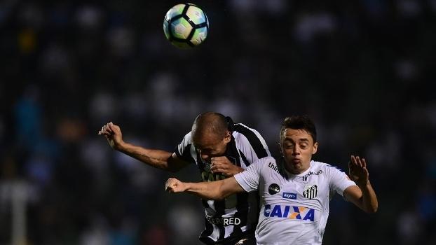 Roger, do Botafogo, e Matheus Ribeiro, do Santos, disputam a bola, no Pacaembu
