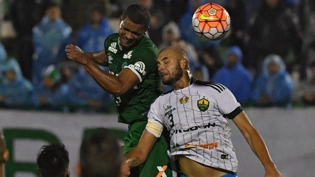 Bruno Rangel cabeceia bola durante jogo entre Chapecoense e Cuiabá