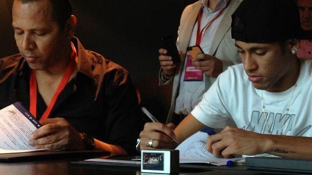 Ao lado do pai, Neymar assina contrato com o Barcelona antes de sua apresentação oficial