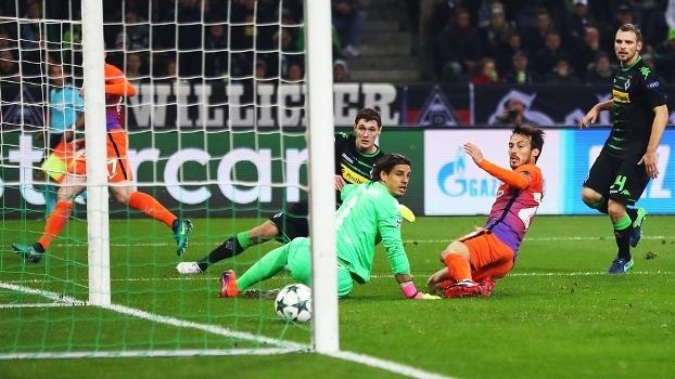 David Silva em lance de empate do City contra o Monchenglabach