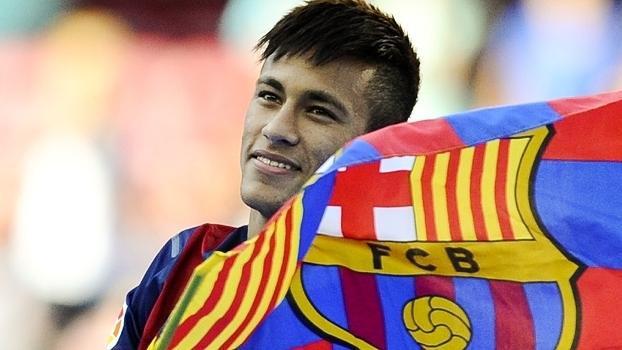 Neymar, com a bandeira do Barcelona, em sua apresentação em junho de 2013