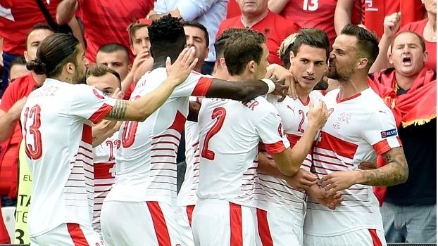 Jogadores da Suíça comemoram o gol de Schär