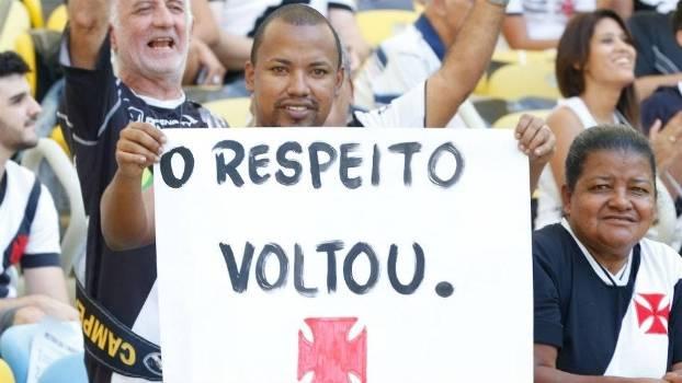 Torcedor segura cartaz com slogan de Eurico Miranda durante final do Carioca