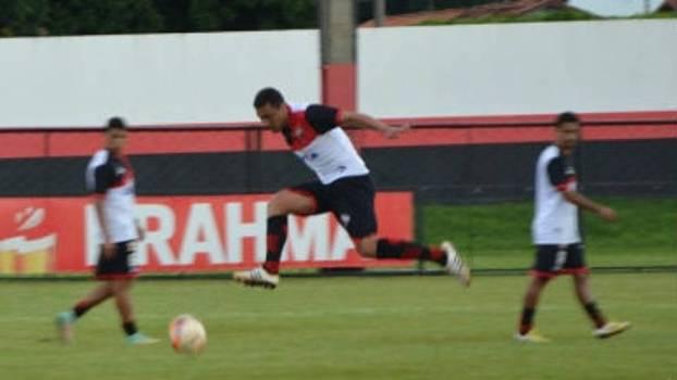 Lino, zagueiro do Atlético-GO, durante treino