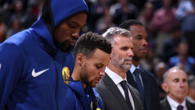 Kevin Durant e Stephen Curry momentos antes da derrota para o Thunder