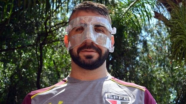 Pratto diz que se sente como um 'gladiador' ao usar máscara de proteção