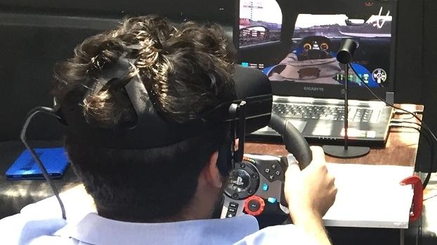 A experiência completa de Project Cars 2 requer volante, pedais e óculos VR especiais.