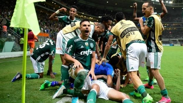 Jogadores do Palmeiras fazem a festa após vitória contra o Peñarol