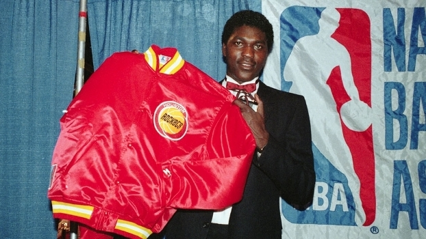 Hakeem Olajuwon após ser draftado pelo Houston Rockets