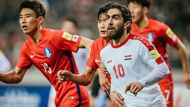 Firas al-Khatib briga pela bola nas eliminatórias da Copa em Seul, encerrando cinco anos de boicote ao time nacional