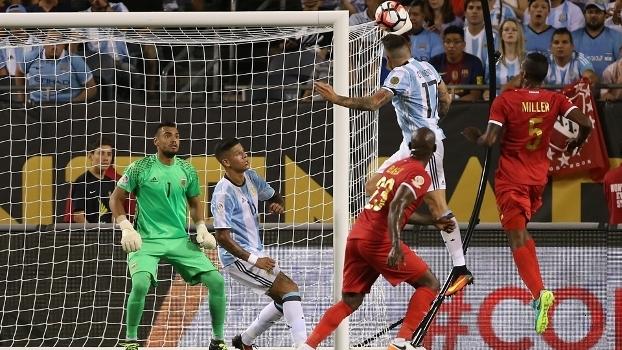 Otamendi sobe mais que a zaga e marca de cabeça para a Argentina
