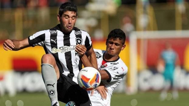 Navarro disputa bola em jogo do Botafogo contra o Vitória, no Barradão
