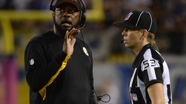 Sarah Thomas com o treinador do Pittsburgh Steelers, Mike Tomlin Getty Images