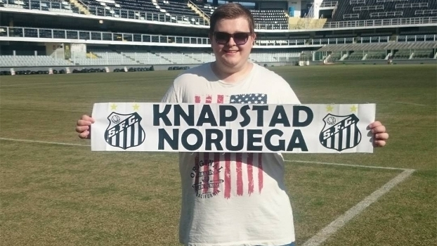 Andre Ostgaard, torcedor norueguês, exibe faixa do Santos na Vila Belmiro