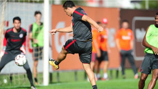 Inter passa sufoco, mas vence Criciúma e segue na liderança
